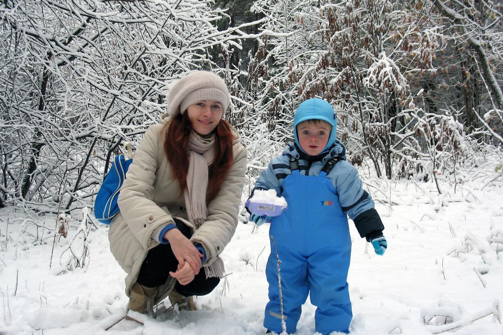 Вот такой вот первый снег!. С мамой на прогулке