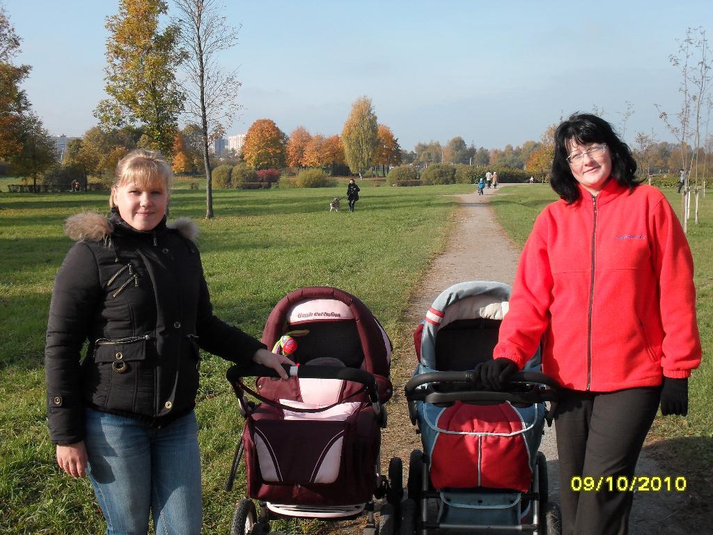 В осеннем парке!. С мамой на прогулке
