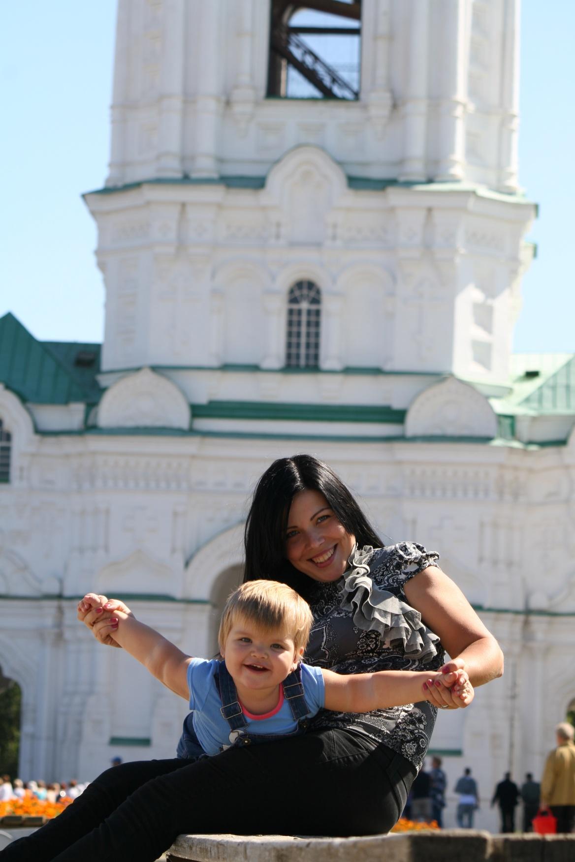 Анюта с мамой в Астраханском кремле. С мамой на прогулке