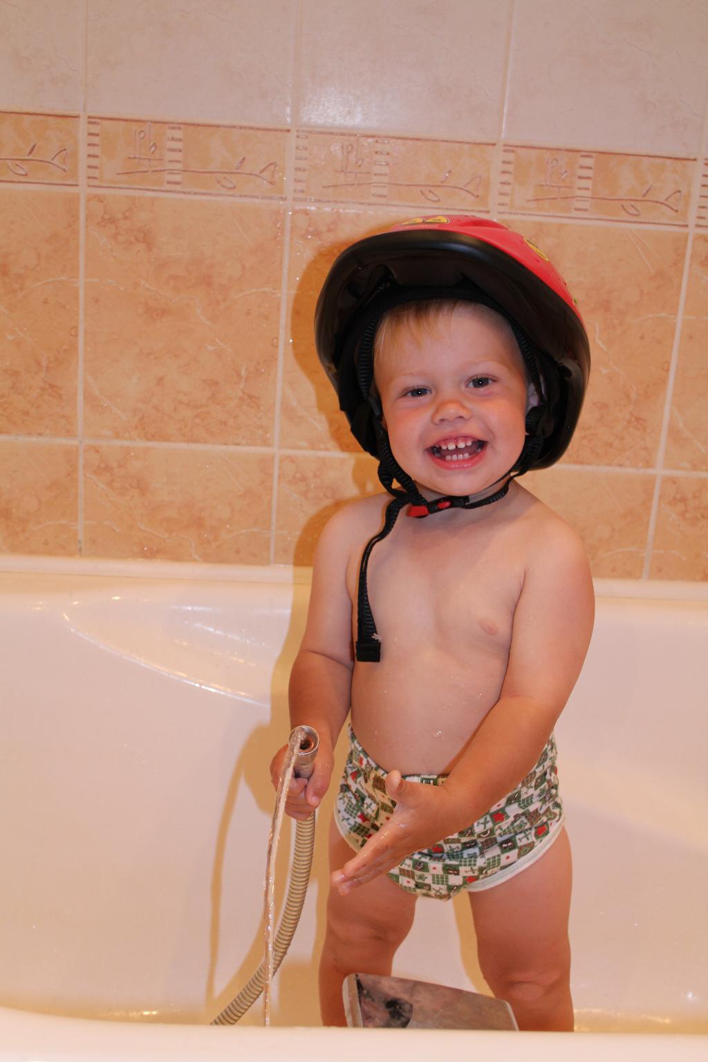 Пожарник. Играем в ванной