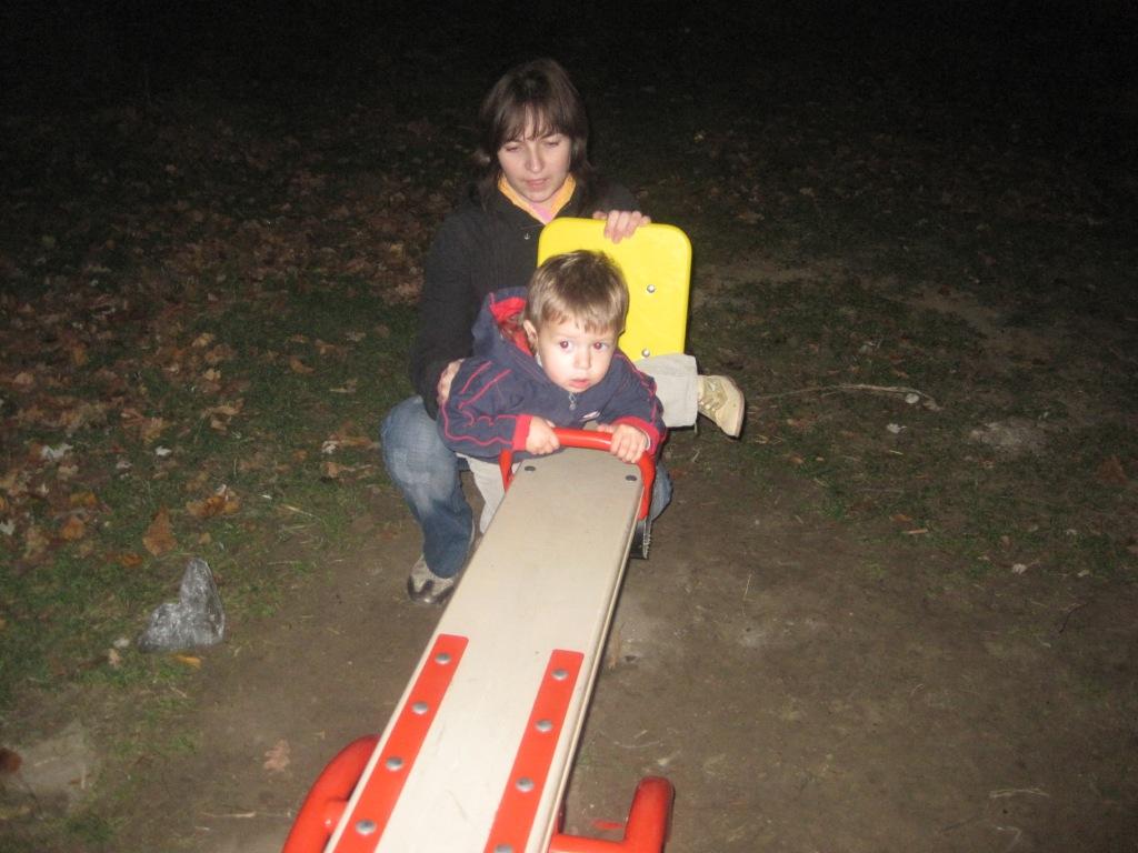 мама с Тишей на детской площадке. С мамой на прогулке