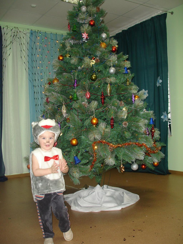 Котик у елки. Новогодний карнавал