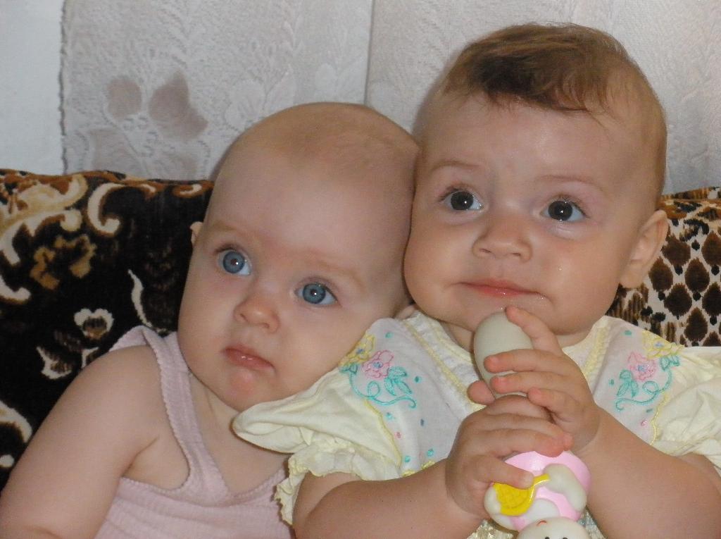 Сестренки-одногодки. Малыш на обложку