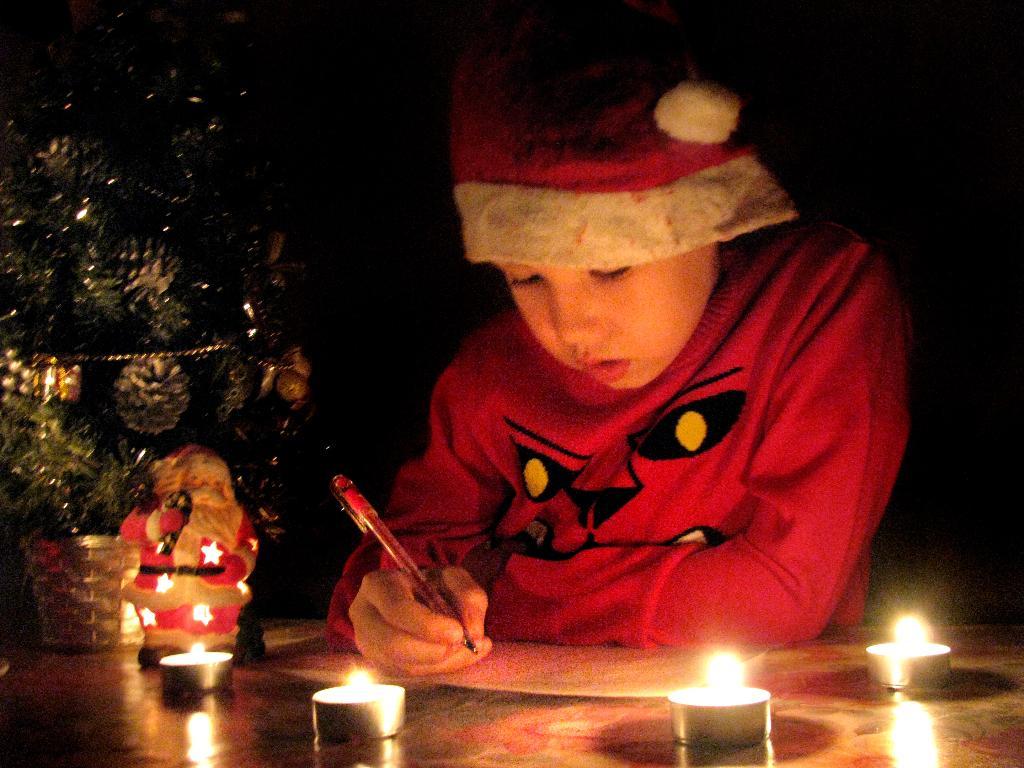 Предновогодняя ночь. Пишу письмо Деду Морозу