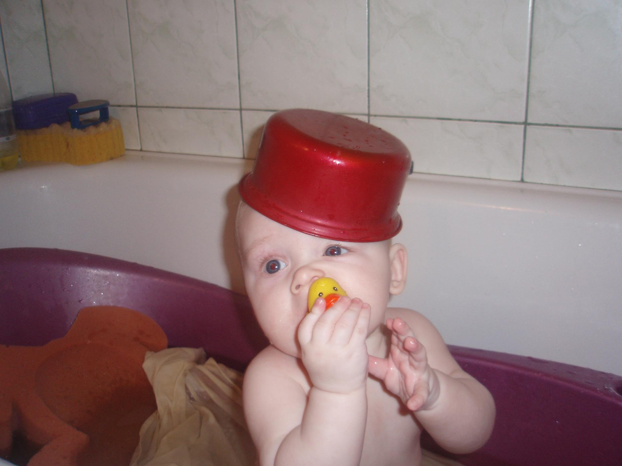 Купание с головным убором!. Играем в ванной