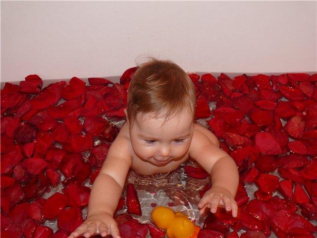 Раньше игрушки... а теперь только в лепестках роз . Играем в ванной