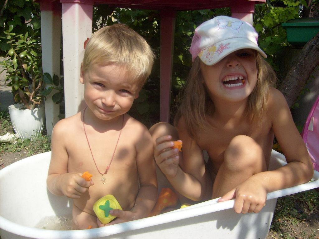 Жаркое лето 2010. Играем в ванной