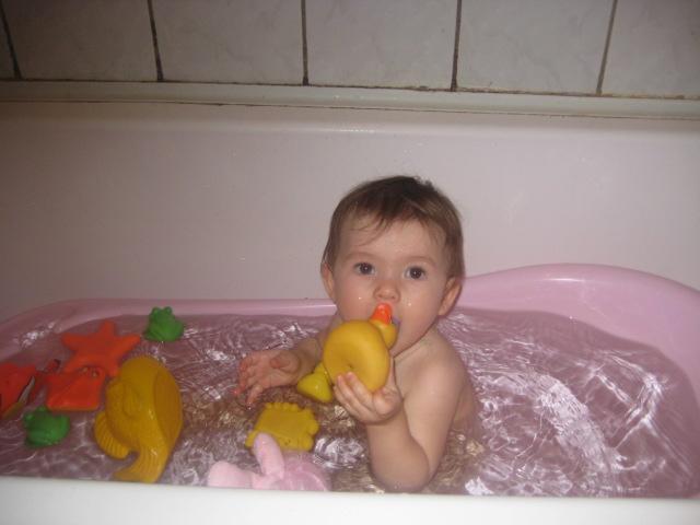 Какая тёплая водичка. Играем в ванной