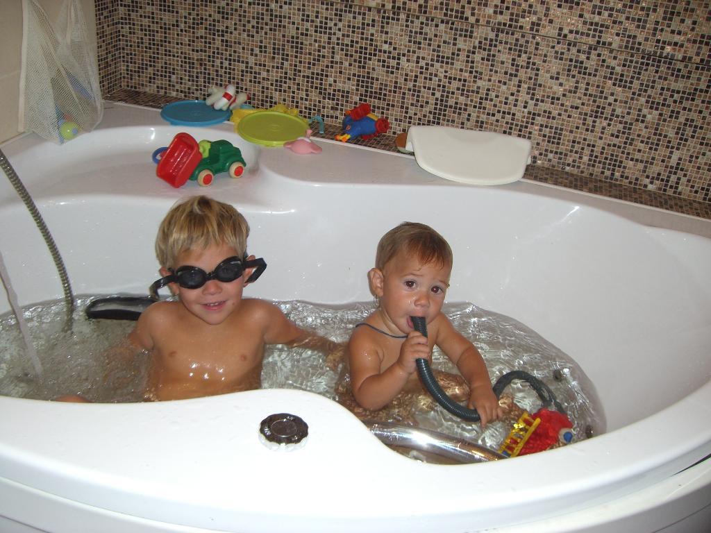 Братья водолазы.. Играем в ванной