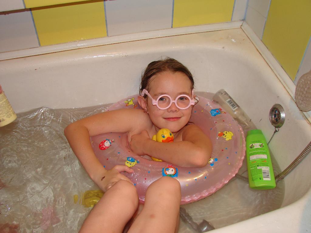 я на канарах. Играем в ванной