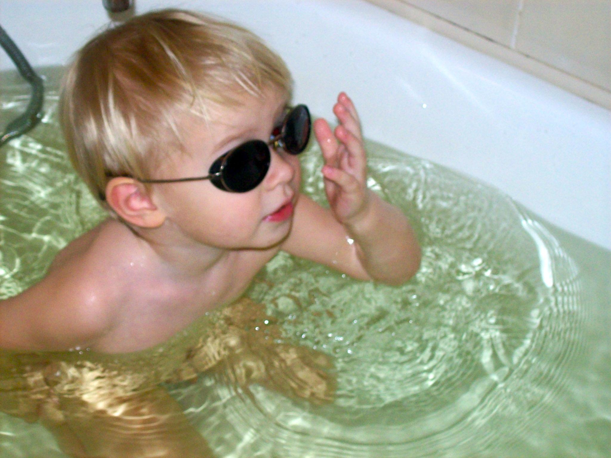 Вообще-то солнышко тут у вас светит..... Играем в ванной