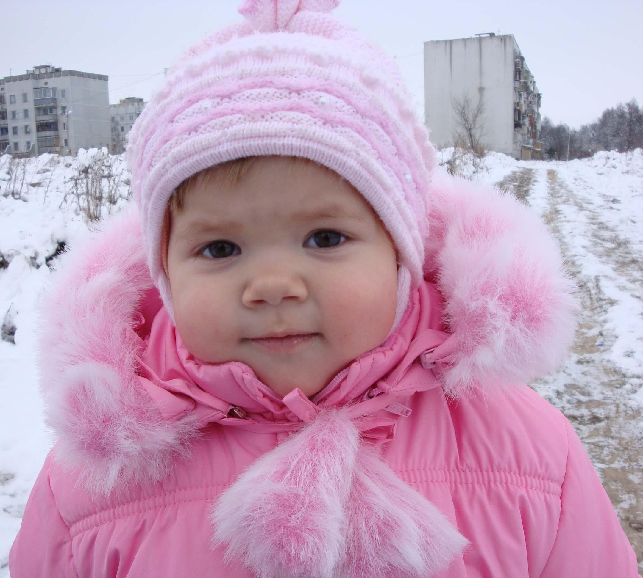 девочка в розовом. Малыш на обложку