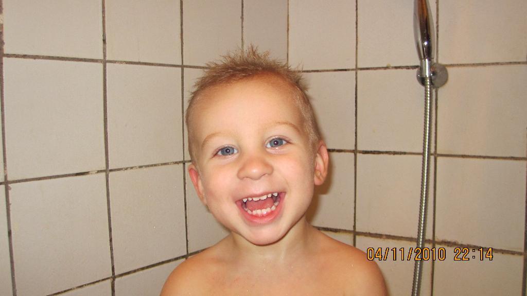 Мой лохматик :))). Играем в ванной