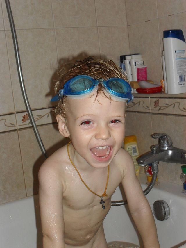 Мне жара не страшна..... Играем в ванной