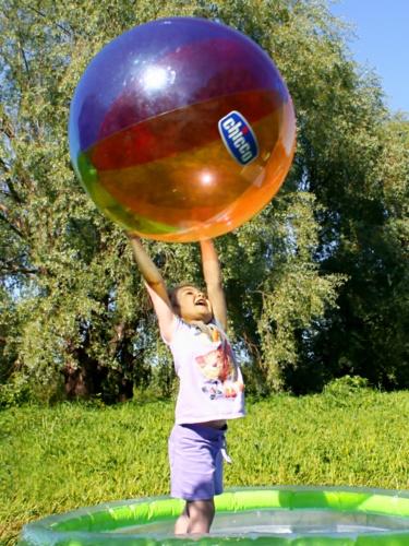 Девочка под шаром. Буду футболистом!