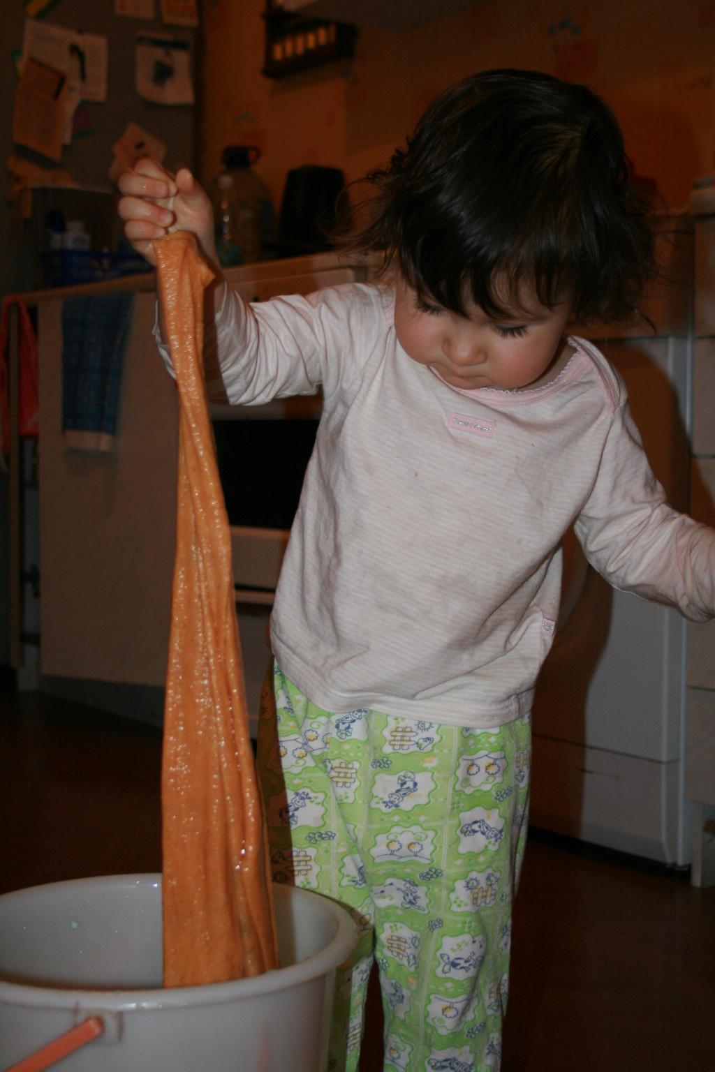 Помогу-ка  я маме полы помыть. Как это делается?. Закрытое голосование фотоконкурса 'Маленькие помощники'
