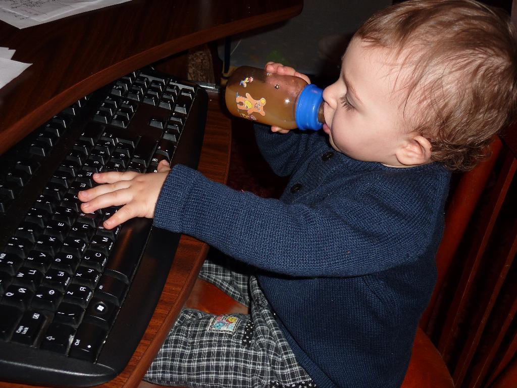 Помогаю маме писать диплом!. Закрытое голосование фотоконкурса 'Маленькие помощники'
