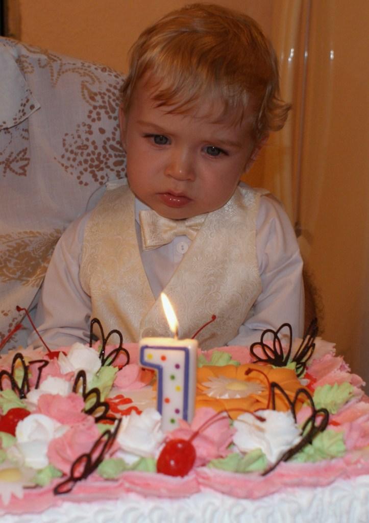 Первый торт и первая свечка. Сладкоежки