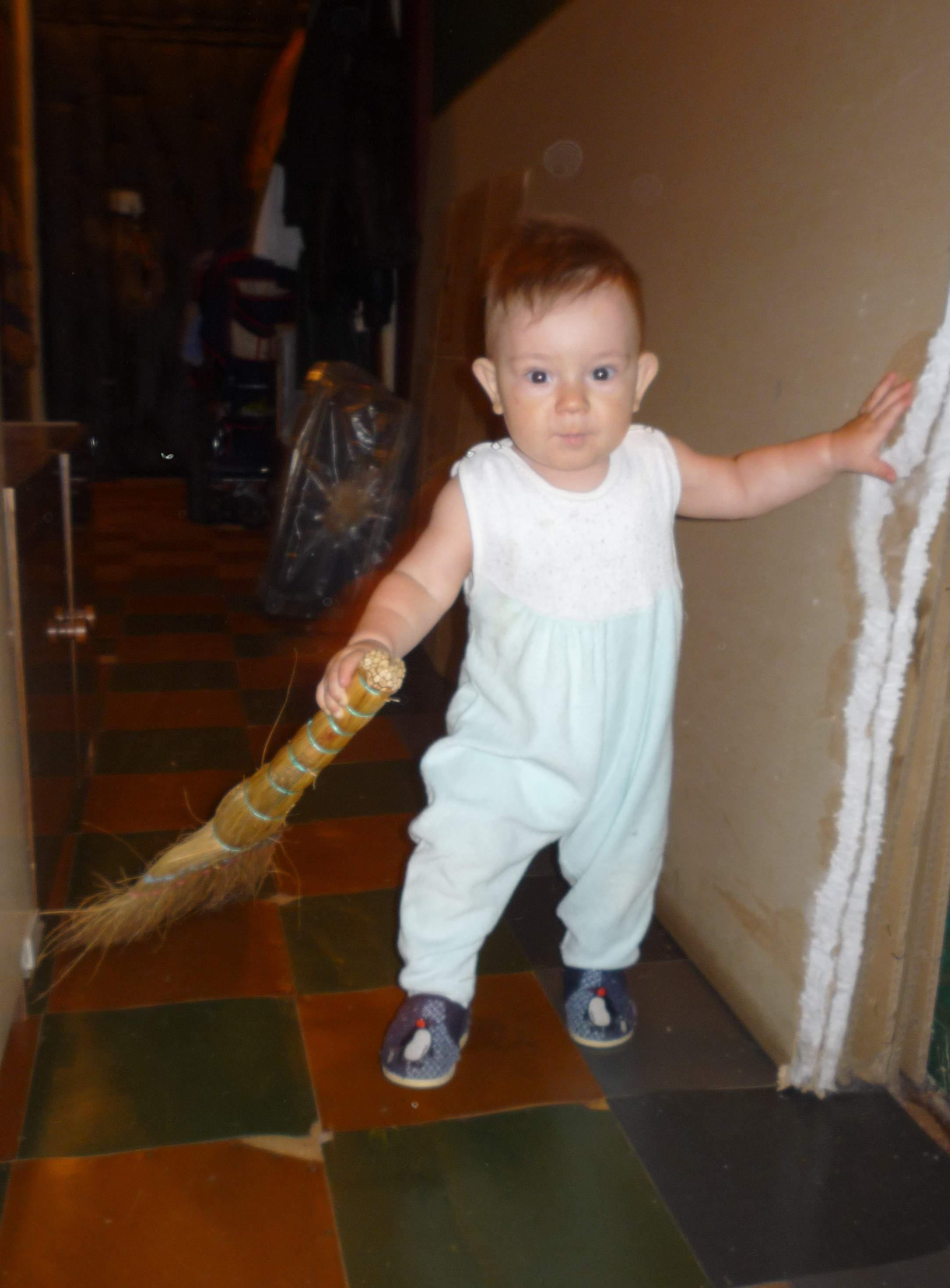 Мама, я сейчас тебе помогу с уборкой!. Маленькие помощники