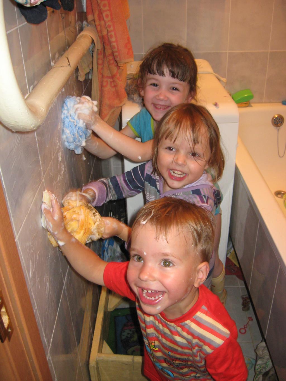 Лучше маме нет подарка - вымыть все к 8 Марта!. Закрытое голосование фотоконкурса 'Маленькие помощники'