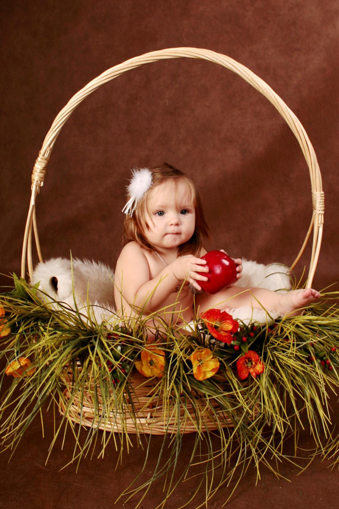 В корзинке осталось одно яблочко и Я!.