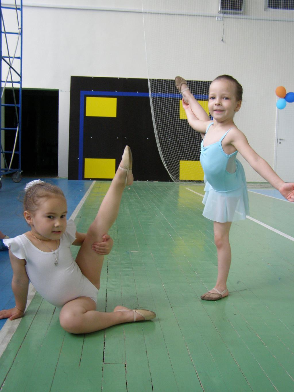 подружки - гимнастки. Юные спортсмены