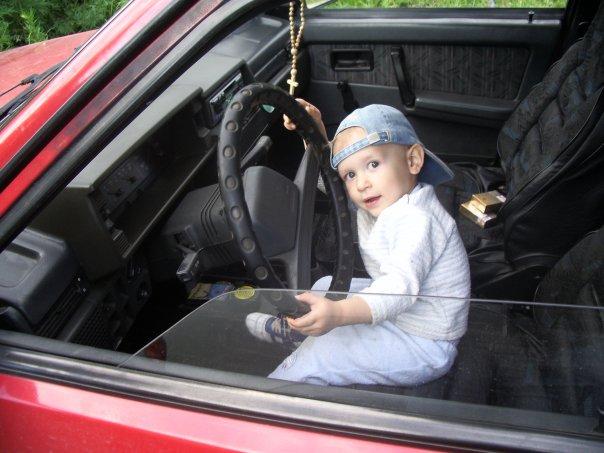 Никитка угоняет машину!. Мобильные малыши