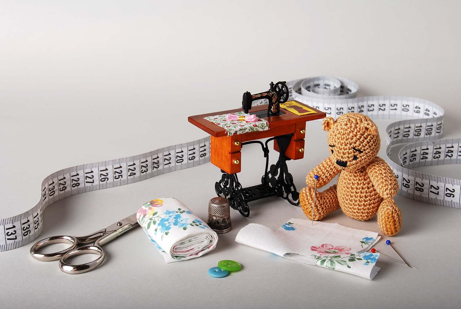 Вязаный мишка - портной.. Вязаные игрушки