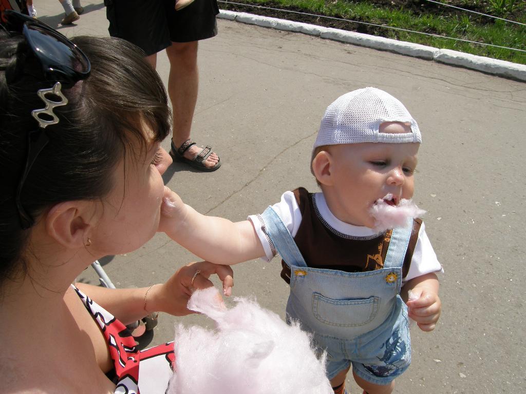 Поедание сладкой ваты в парке.