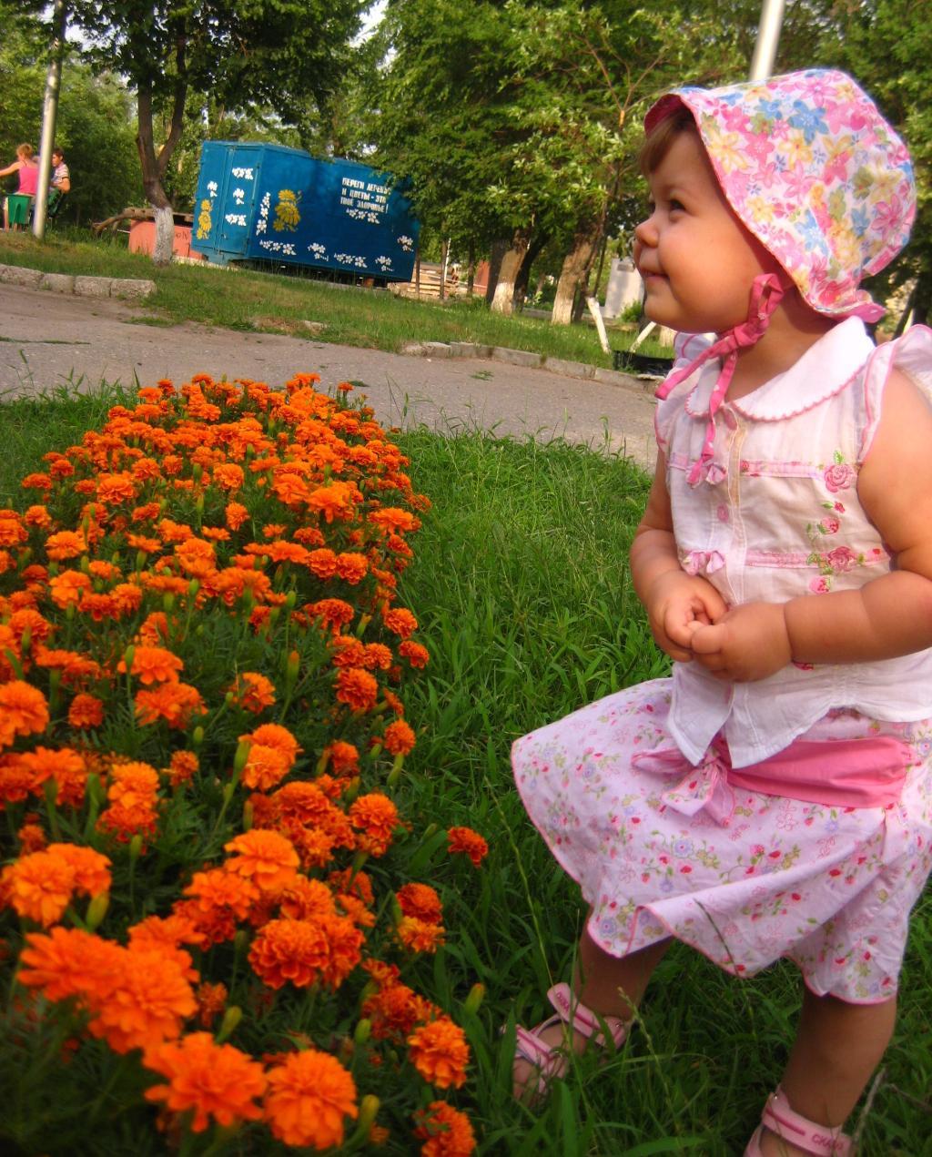 Лапочка-дочка, смотрит на цветочки. Юный натуралист