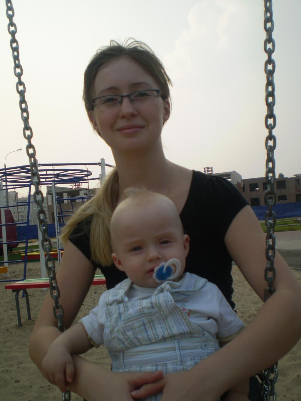 На качелях с мамочкой :). Как две капли