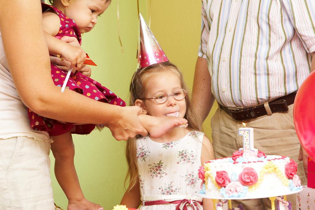 наступила в торт. Первый День рождения