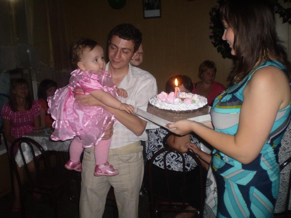 Ух ты, какой тортик!!!Скорее, дайте мне кусочек!!!. Первый День рождения