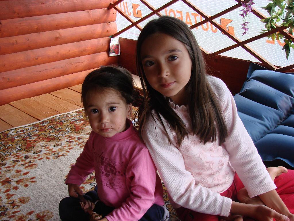 две сестрички-невелички. Как две капли