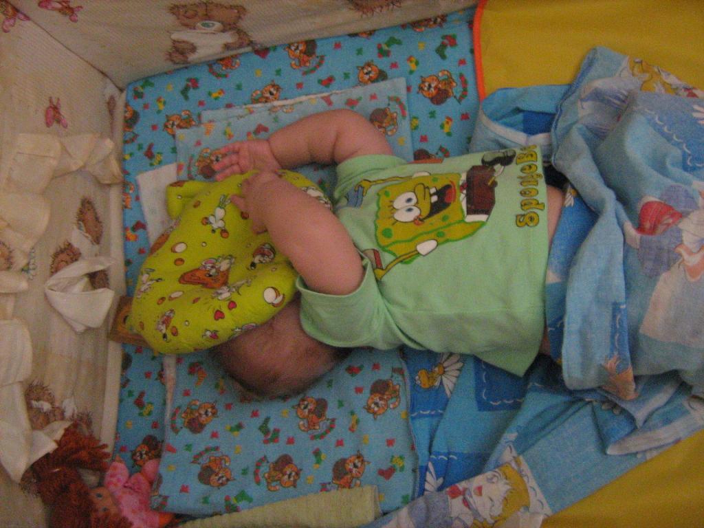 Сплю в обнимку я с подушкой -моей любимою игрушкой. Спят усталые игрушки