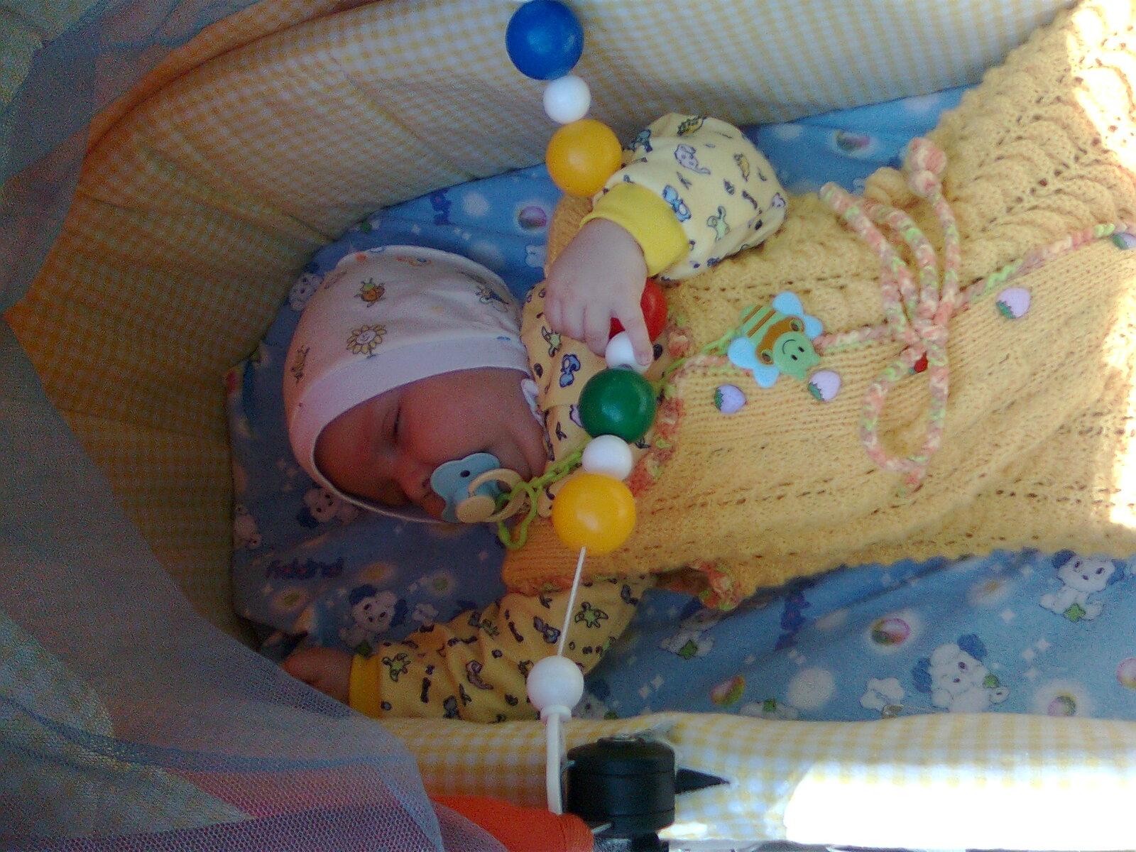 спят усталые игрушки-погремушки и Сашенька. Спят усталые игрушки