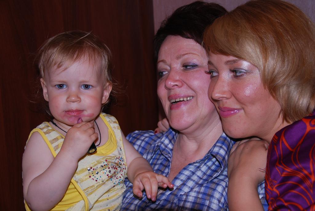'Я хочу быть такой же красивой как мама и бабушка!. Как две капли