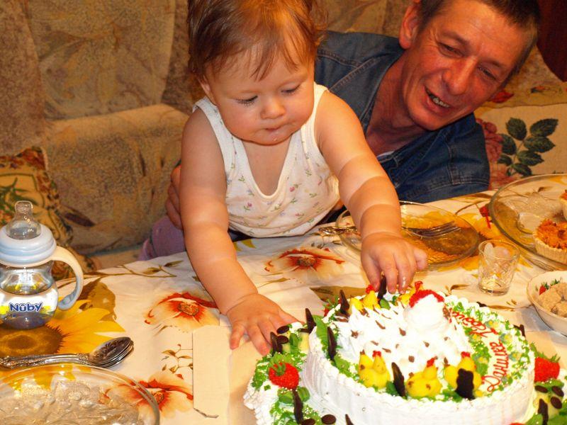 Быстрей-быстрей в рот...пока не отобрали!!! :)) . Первый День рождения