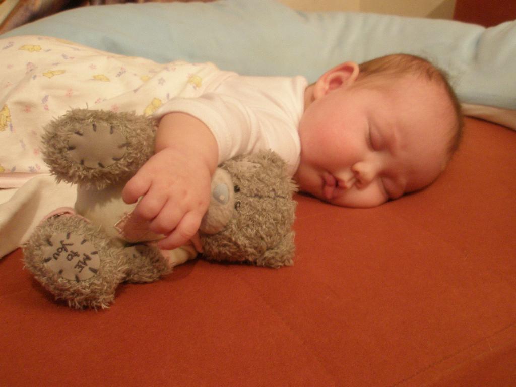 Катёна и медведик. Закрытое голосование фотоконкурса 'Спят усталые игрушки'