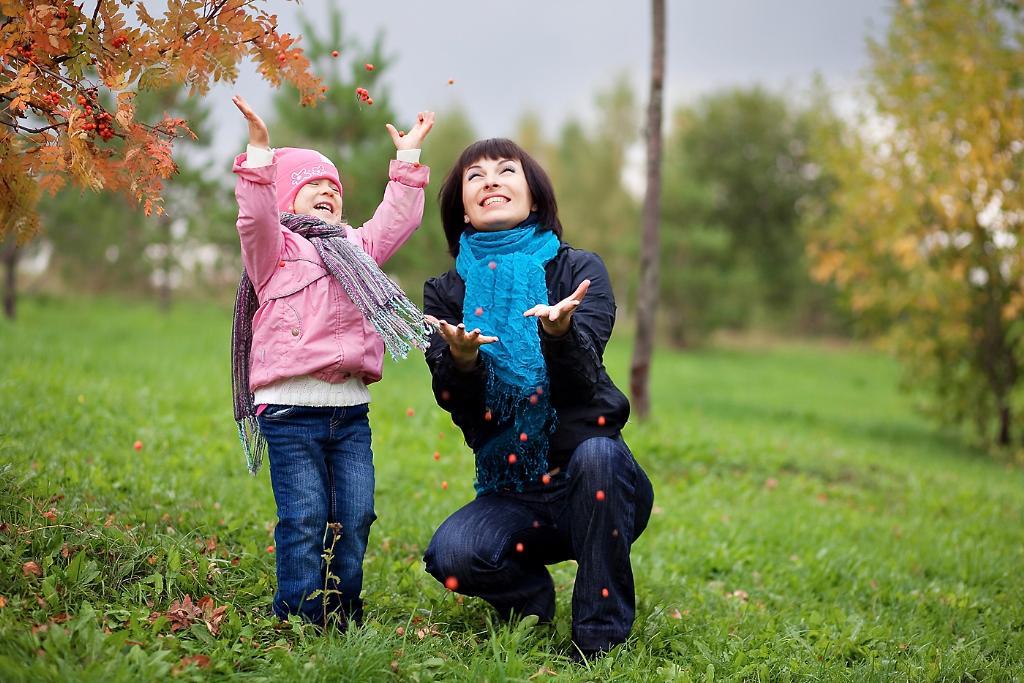радостная осень. С мамой на прогулке