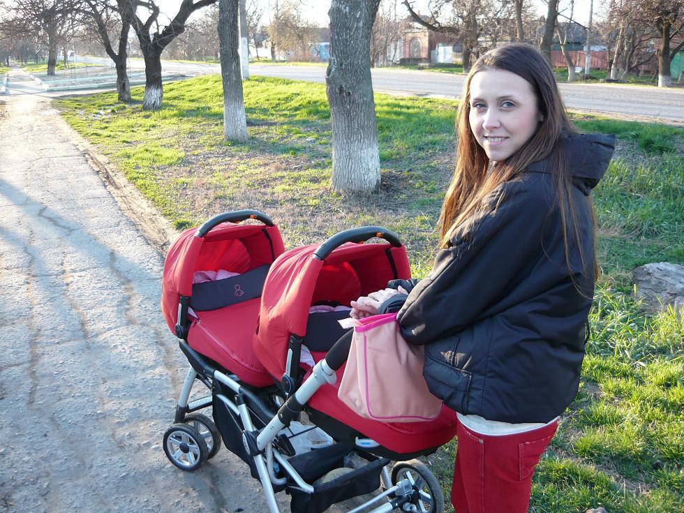 КРОШЕК МАМА ВОЗИТ ПО ДОРОЖКЕ))))). С мамой на прогулке