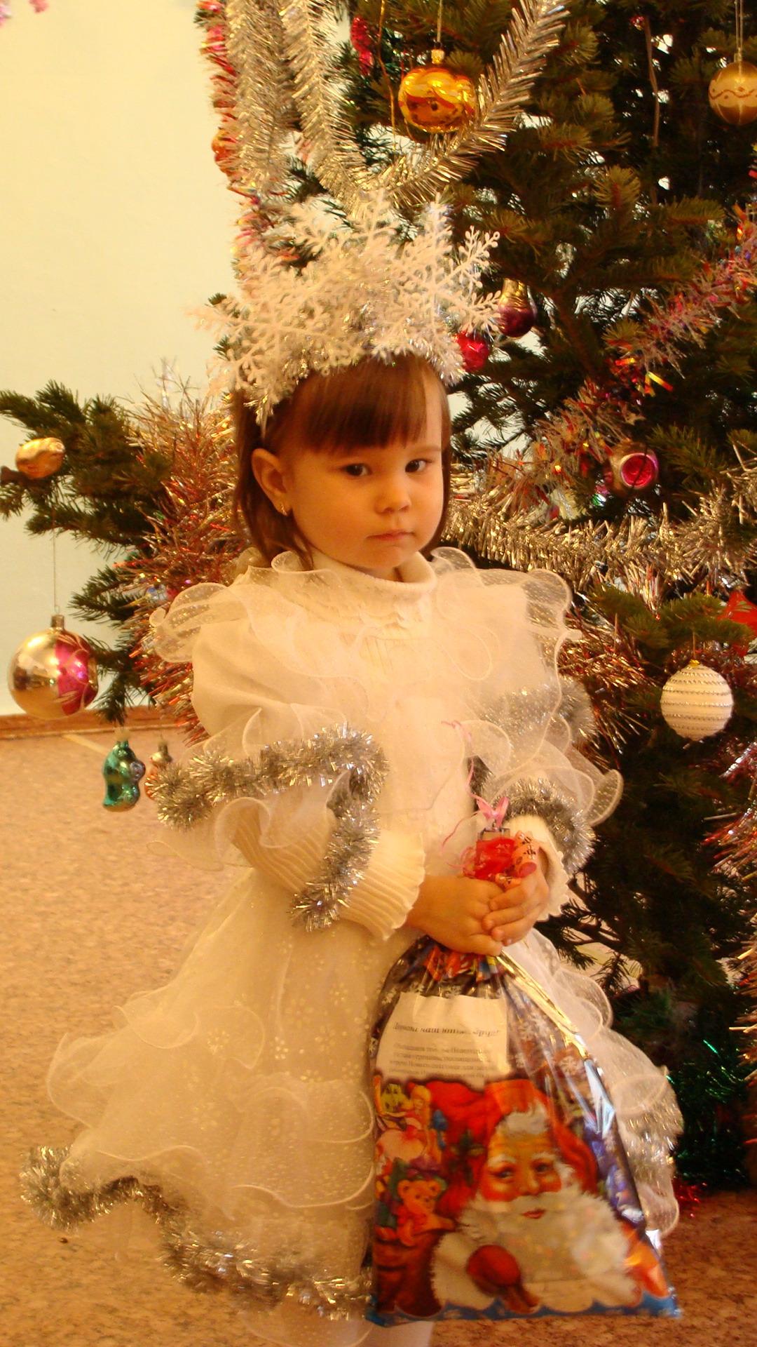 Снежинка с подарком.. Новогодний карнавал