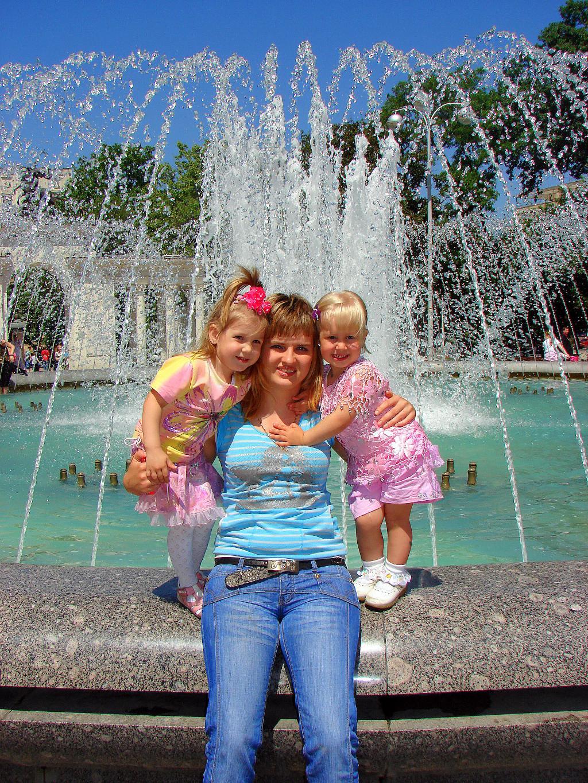 У фонтана!. С мамой на прогулке