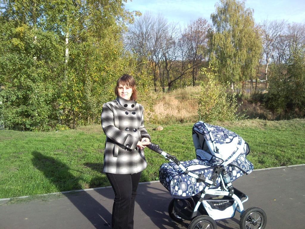 Первая Кирюшина прогулка)))). С мамой на прогулке