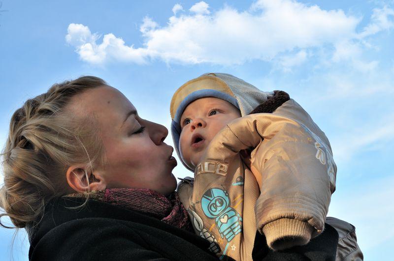 Огромное небо - одно на двоих.... С мамой на прогулке
