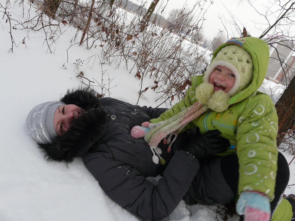 Зимний день. С мамой на прогулке
