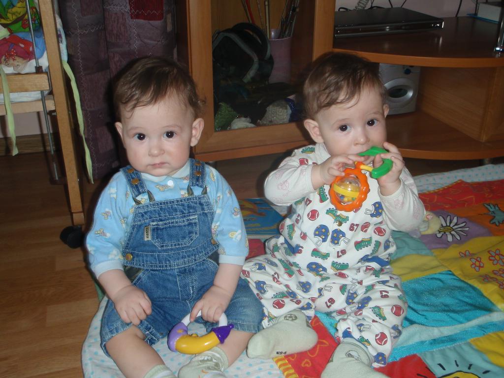Артёмка и Олежка со своими любимыми погремушками. Моя погремушка