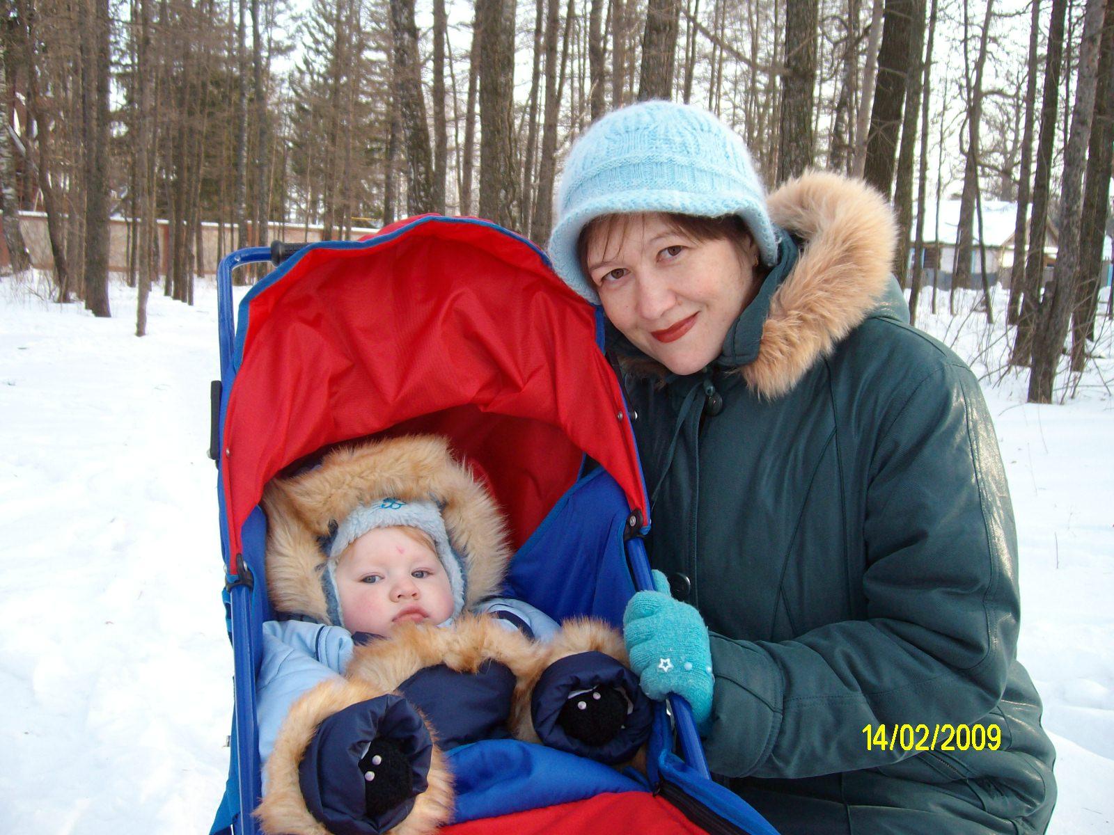 На прогулке с сыном.. С мамой на прогулке