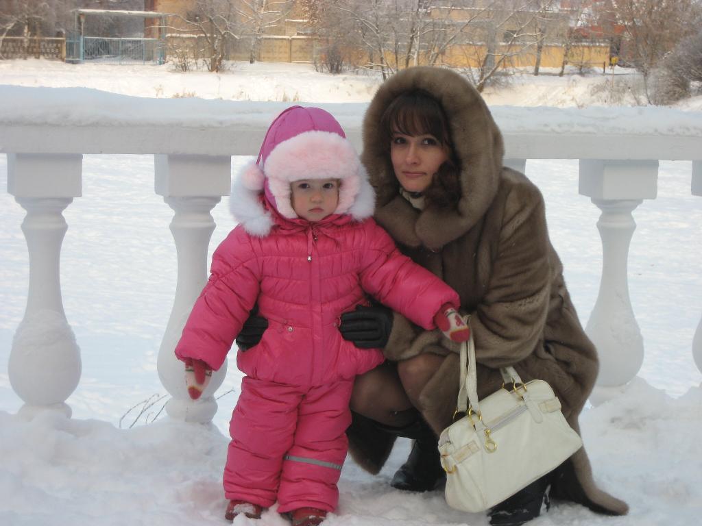 С дочкой на прогулке. С мамой на прогулке