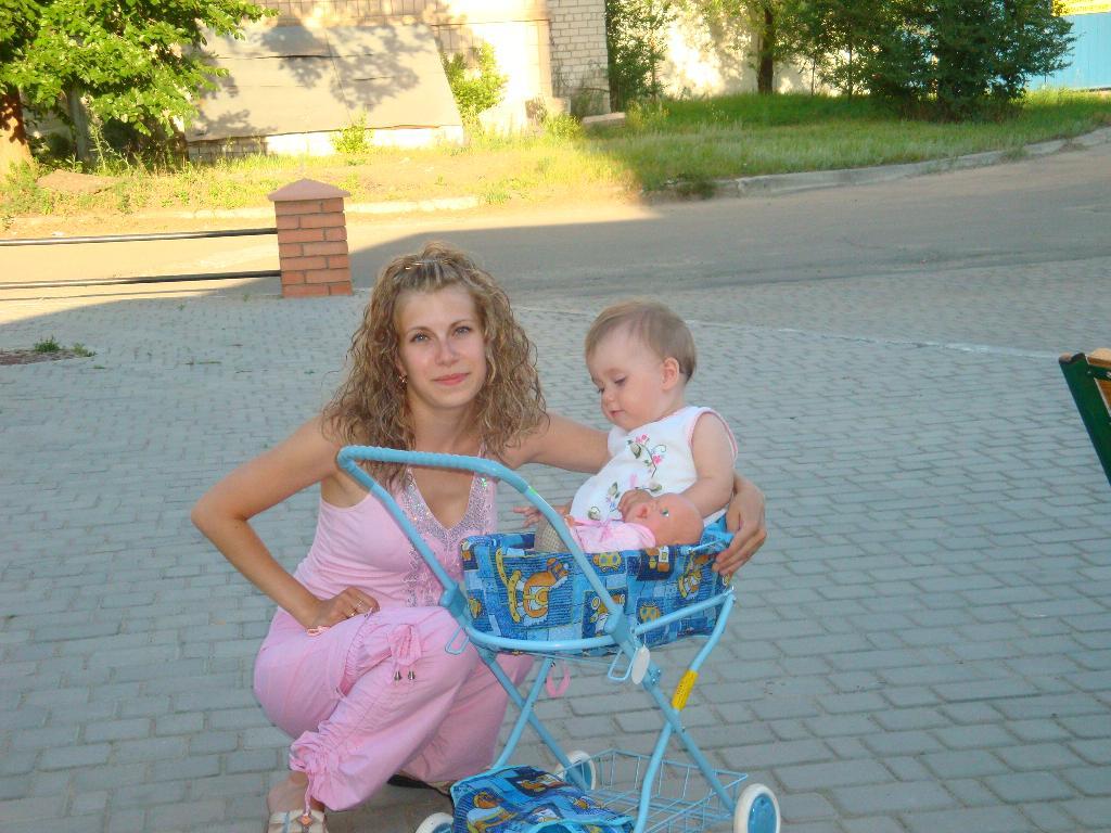 а колясочка ничего- нравится. С мамой на прогулке